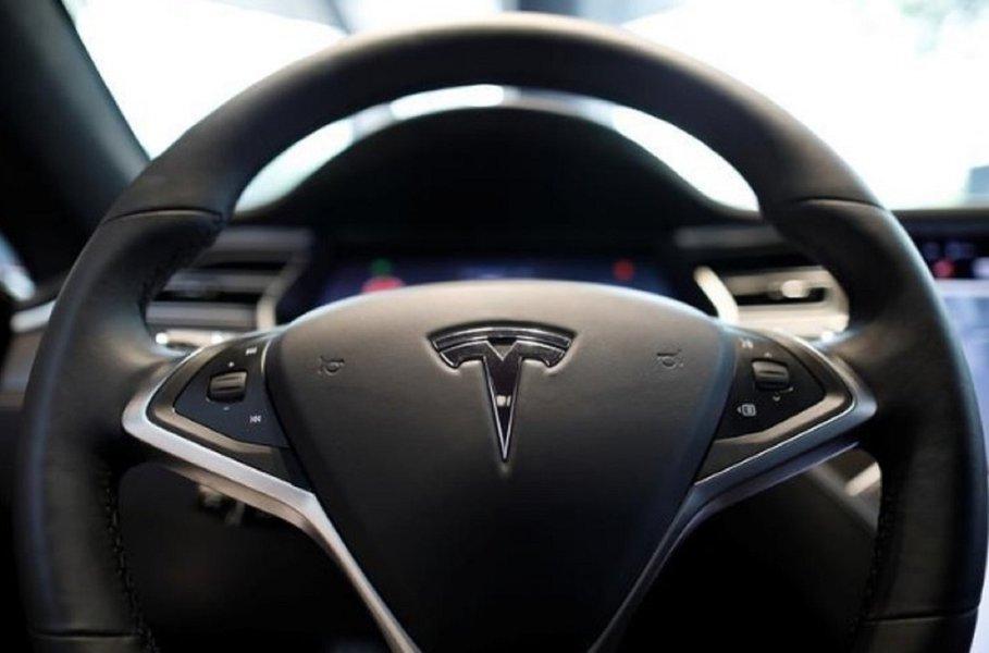 """Regulador dos EUA investiga acidente envolvendo """"piloto automático"""" da Tesla, diz fonte"""