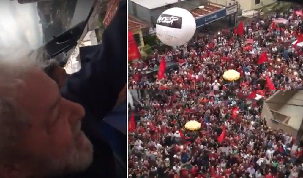 Lula, que resiste à prisão, acena para multidão no sindicato