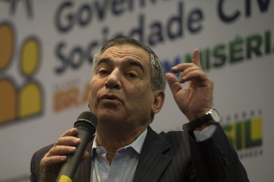 Gilberto Carvalho defende cordão humano contra prisão de Lula