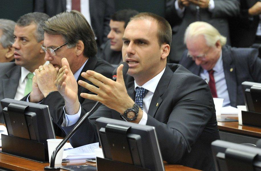 Filho de Bolsonaro quer passageiro armado dentro de avião