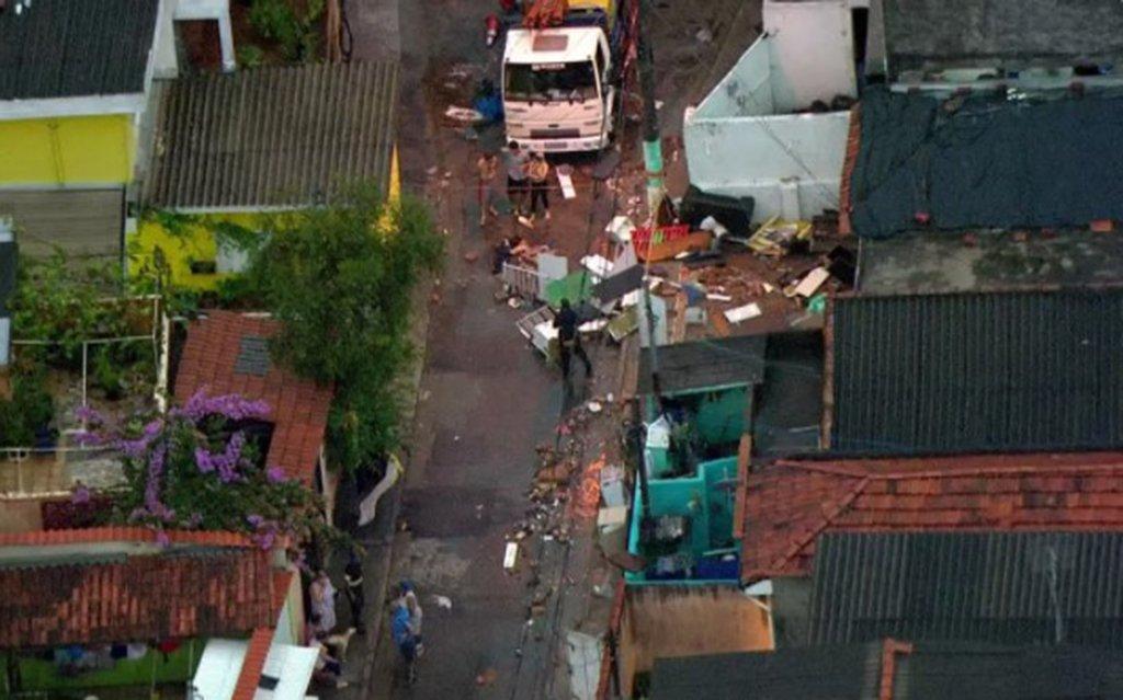 Chuva derruba casas em SP e deixa ao menos uma pessoa morta