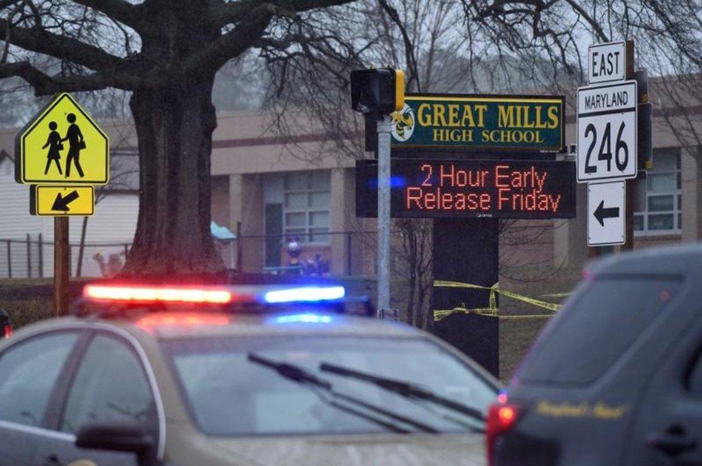 Adolescente fere alunos de escola nos EUA e morre em troca de tiros com segurança