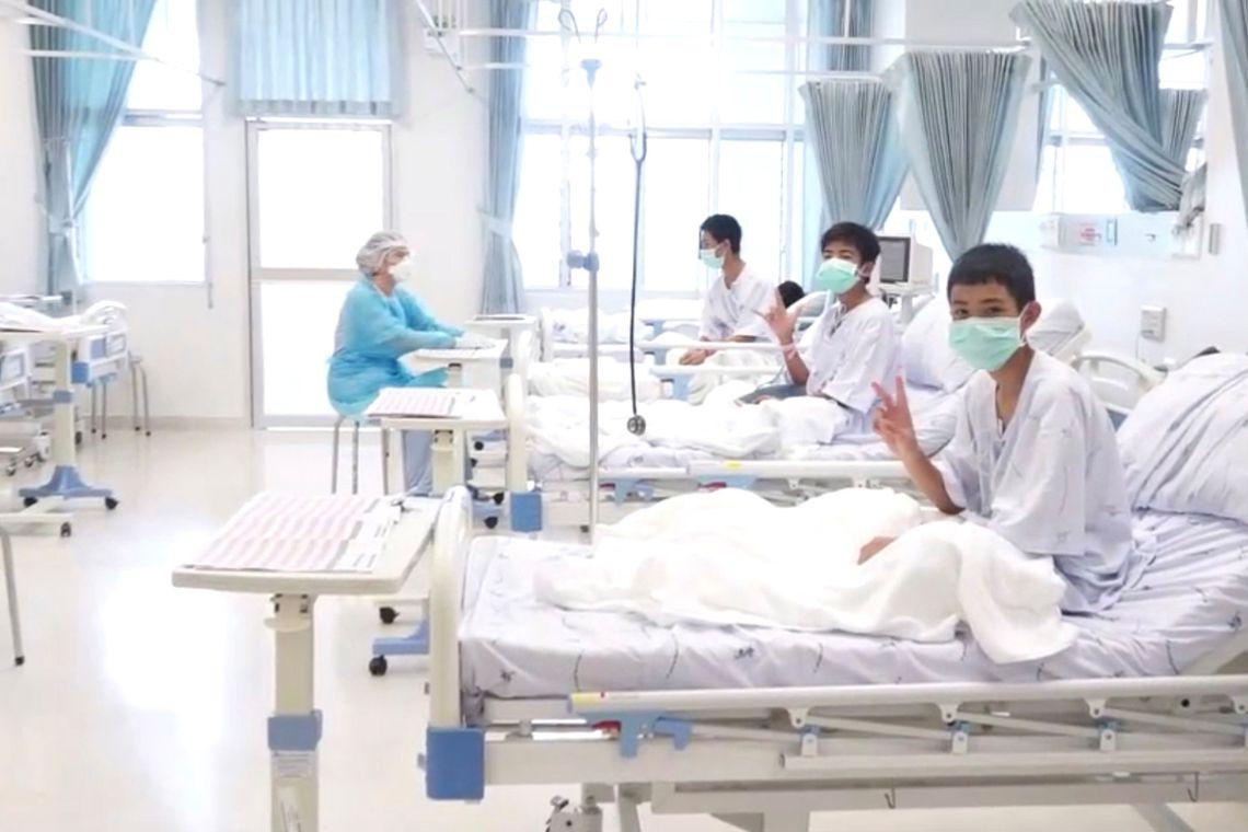 Meninos presos em caverna na Tailândia terão alta nesta quarta-feira
