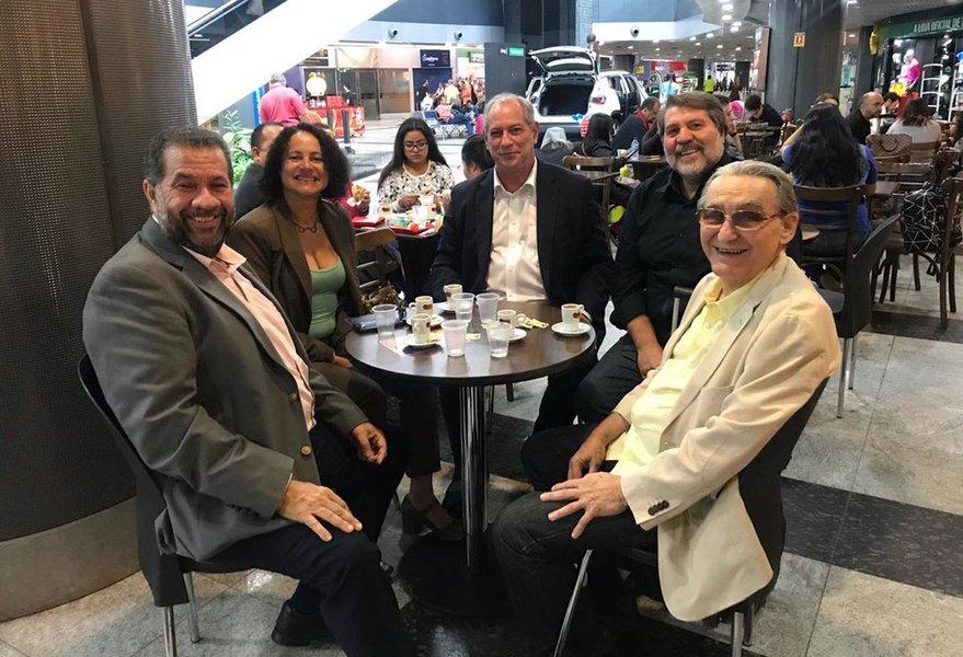 Em busca de apoio, Ciro Gomes se reúne com PCdoB e fala em construção de projeto