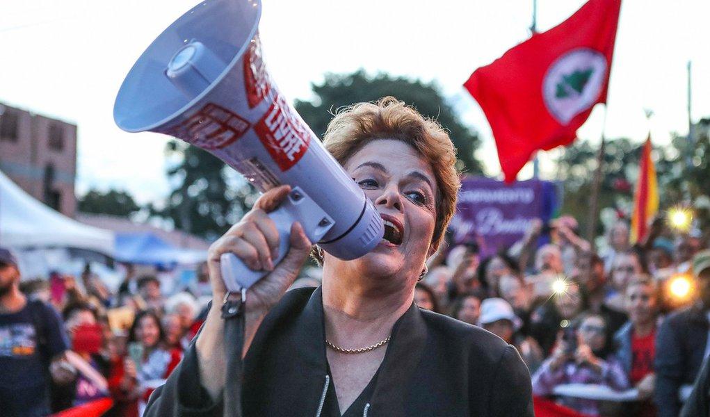 Enquanto Aécio se esconde, Dilma é homenageada