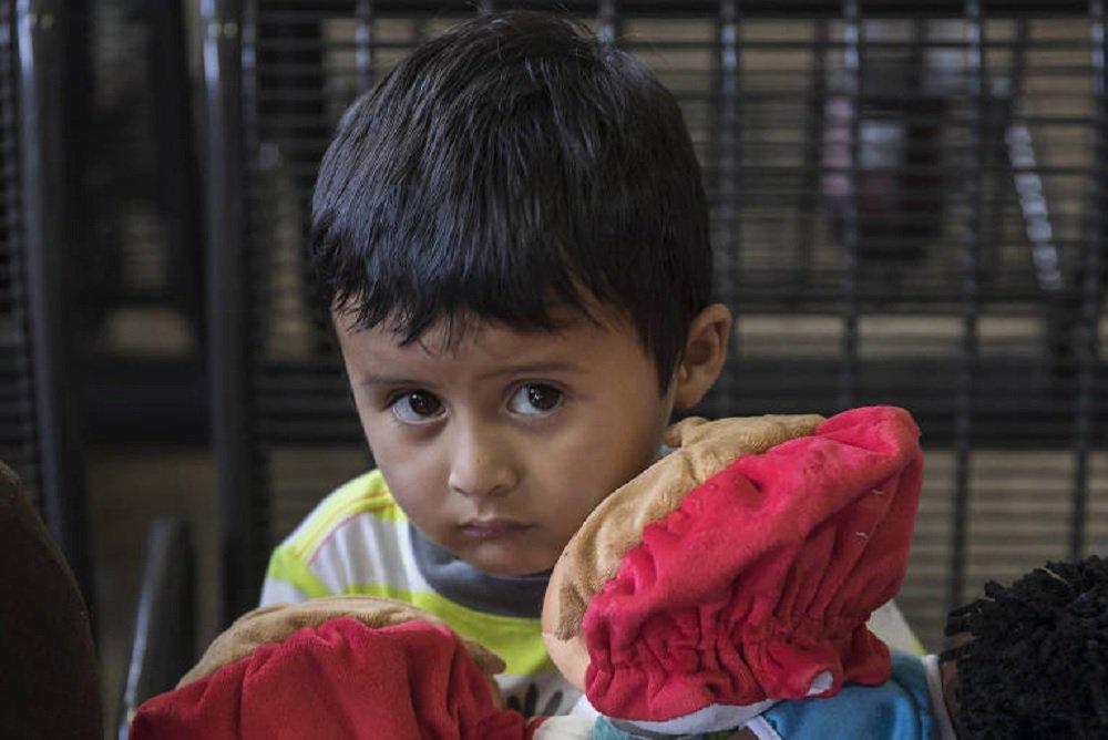 Crianças imigrantes em detenção nos EUA limpam privadas e são proibidas de chorar