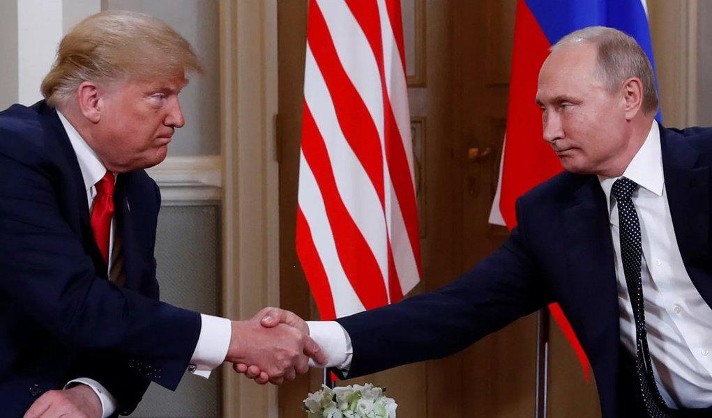 Na cúpula com Putin, Trump abandona discurso de confronto