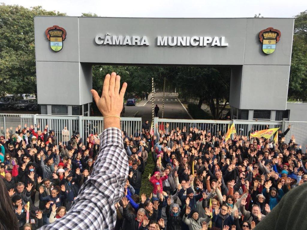 Após repressão policial, servidores aprovam greve em Porto Alegre