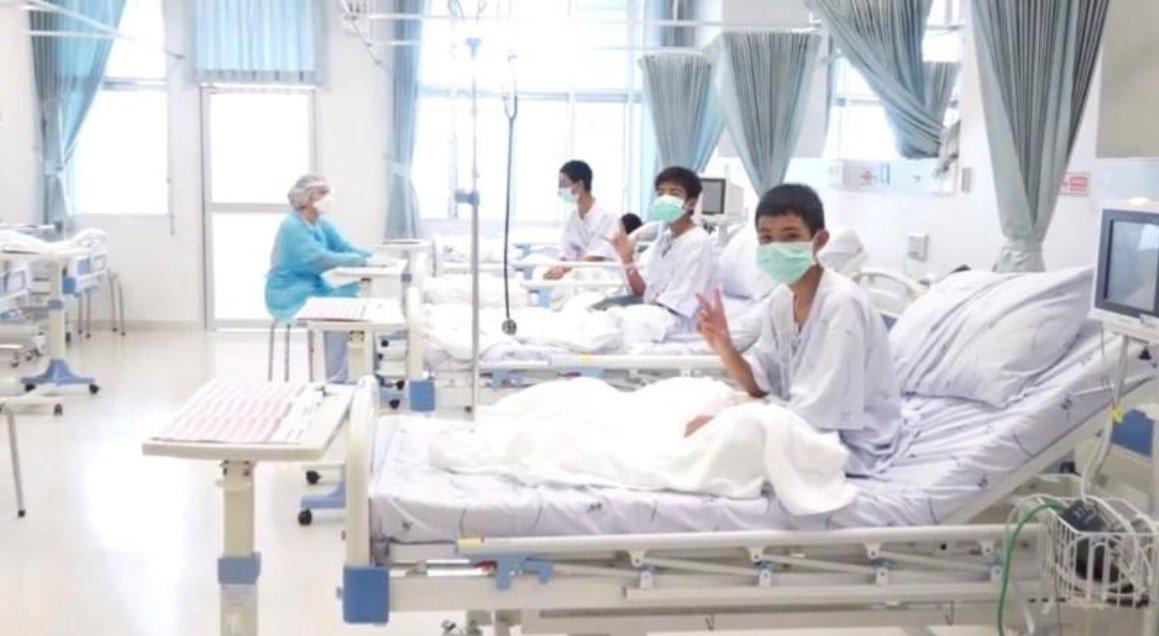 Meninos tailandeses acenam para o mundo em primeiro vídeo após resgate