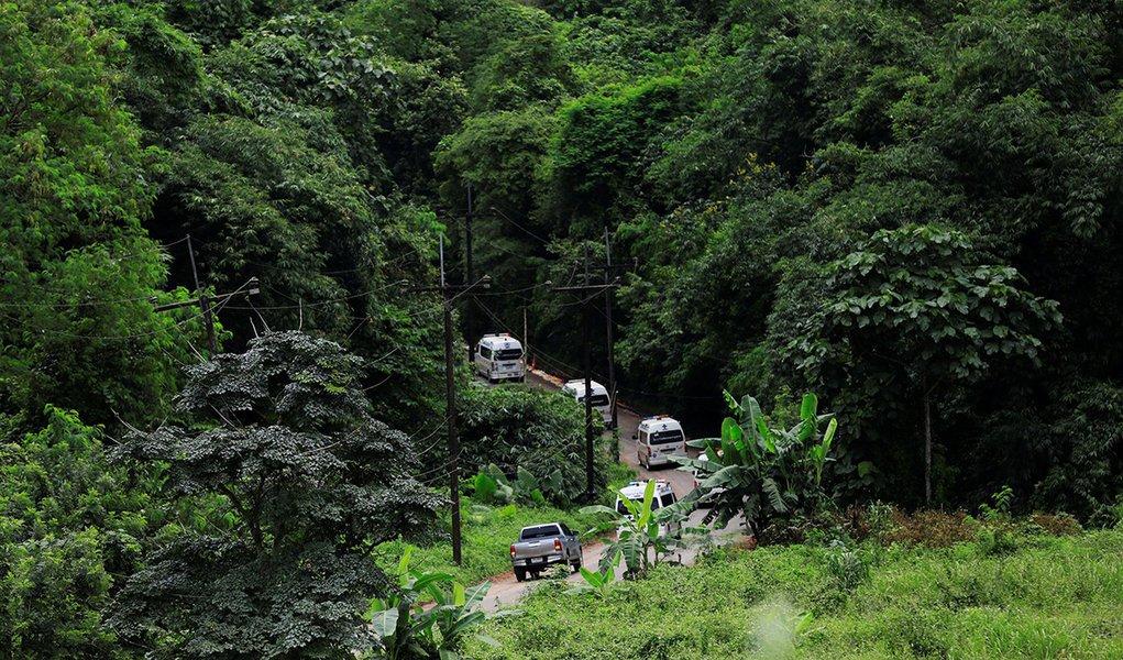 Todos os 12 meninos e treinador são resgatados de caverna na Tailândia
