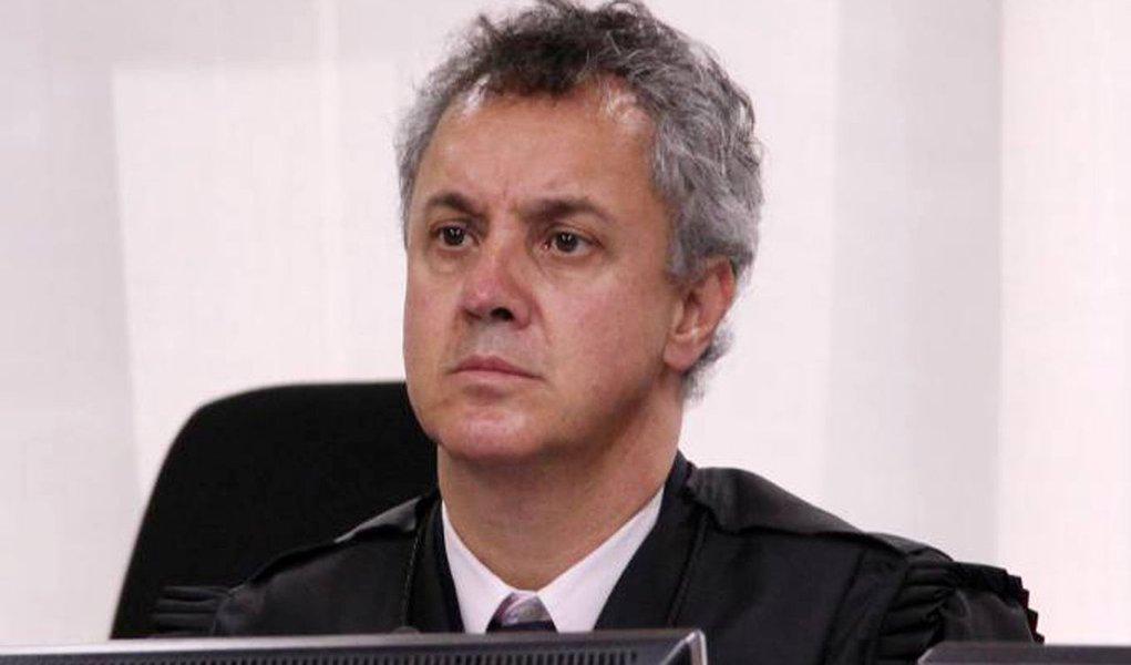 Desembargador ratifica manutenção da prisão de Lula