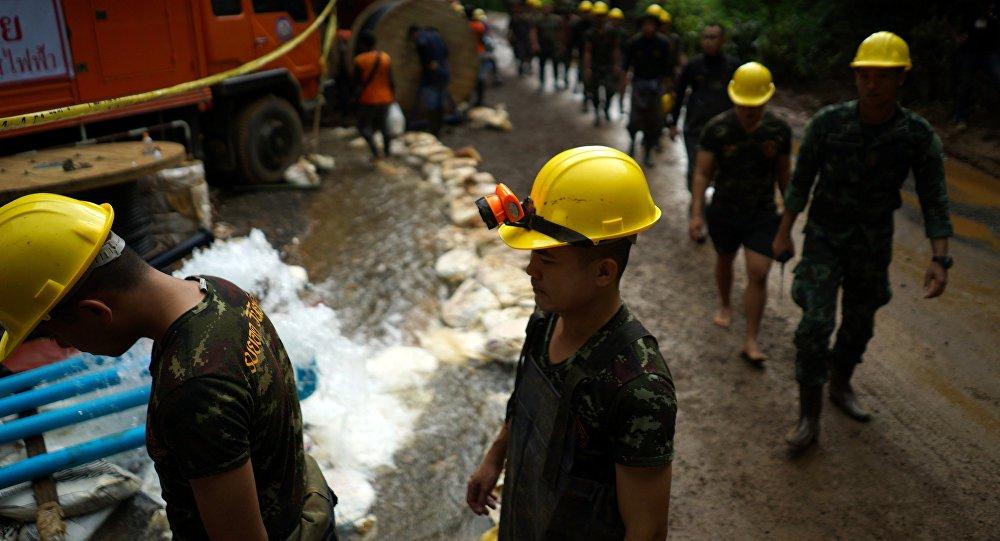 Seis meninos são os primeiros resgatados de caverna na Tailândia