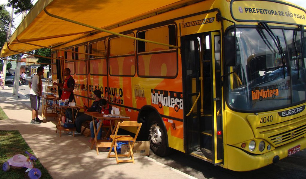 Fim de programa de bibliotecas itinerantes faz leitura despencar em São Paulo
