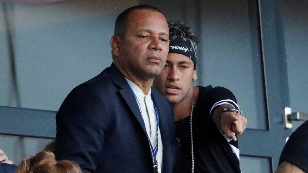 """Le Monde descreve o """"onipresente"""" pai de Neymar: """"meu filho, meus contratos"""""""