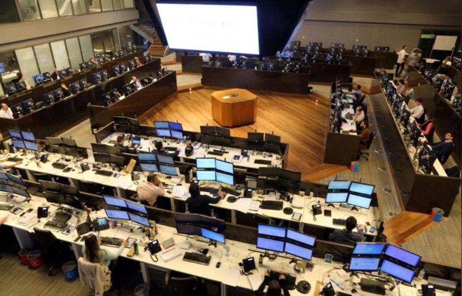 Ibovespa fecha em alta puxada por Petrobras em sessão sem Wall St