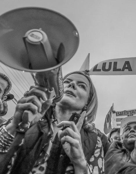 Gleisi diz que Lula será candidato, com ou sem perseguição