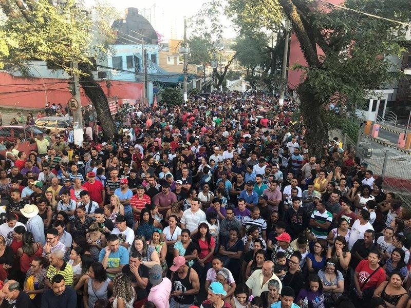 Multidão está diante do sindicato de SBC à espera da liberdade de Lula