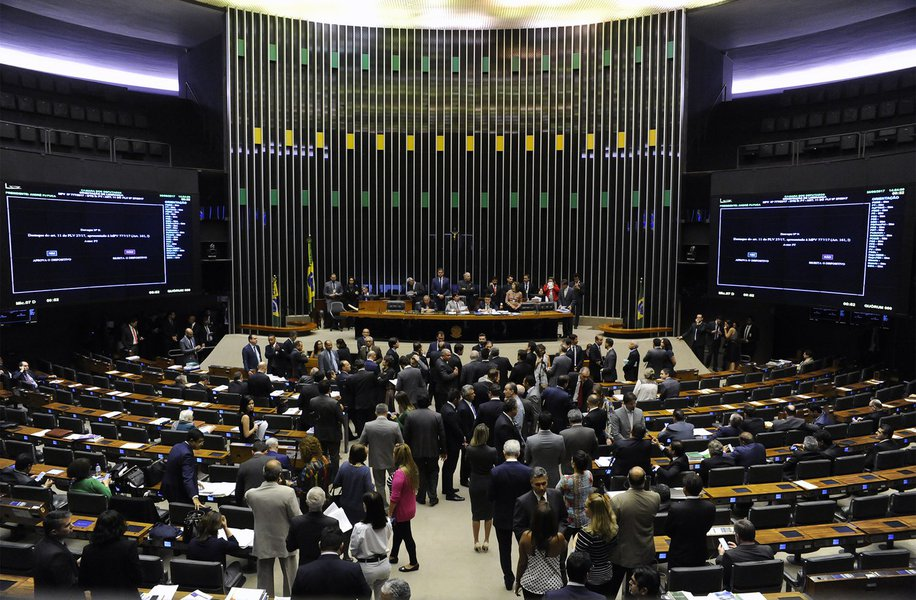 Relatório da LDO propõe congelar salários de servidores