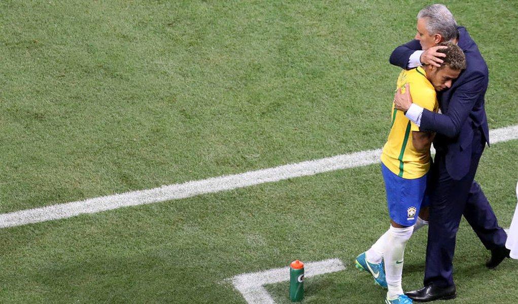Tite não deixa Neymar responder a Osorio e elogia comportamento do atacante