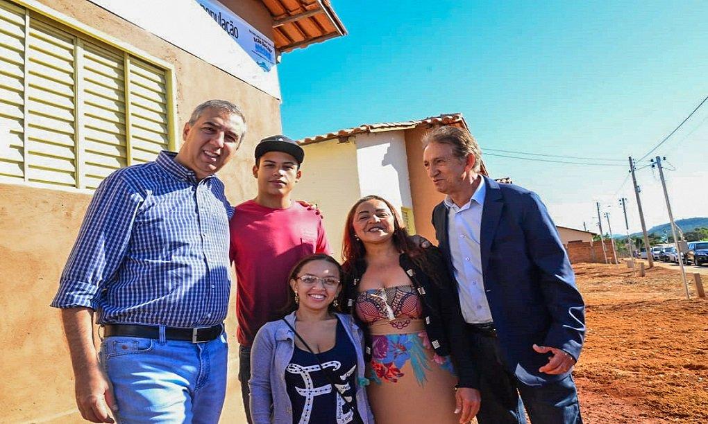 Moradia: José Eliton entrega casas em Pontalina