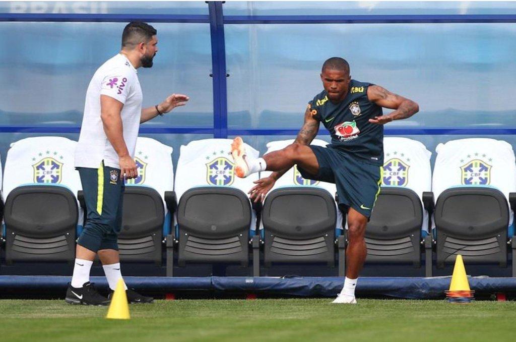 Douglas Costa volta aos treinos e pode ser opção contra Bélgica