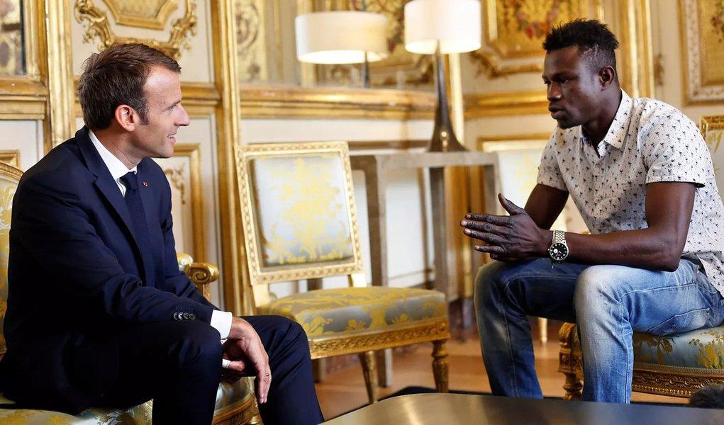 Imigrante malinês ganha cidadania francesa após socorrer criança em sacada