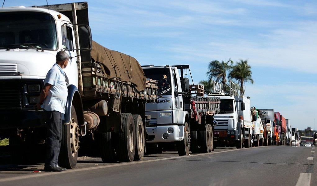 Greve continua e caminhoneiros bloqueiam rodovias em AL