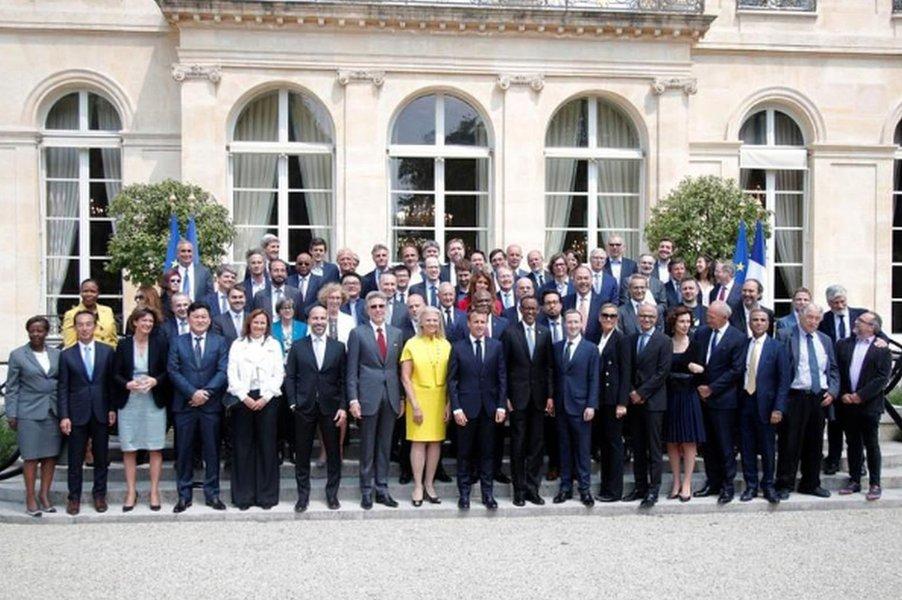 """""""Não há almoço grátis"""", diz presidente francês para dono do Facebook e CEOs"""