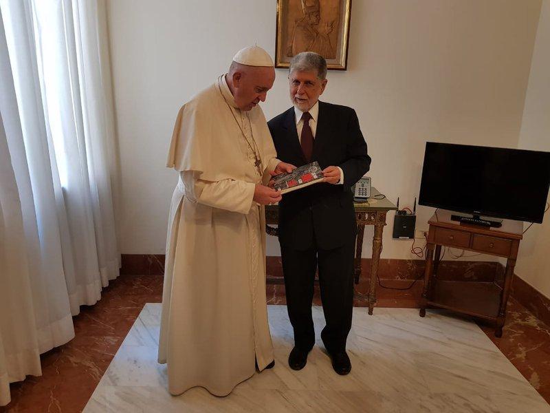 Papa recebe Amorim e sinaliza interesse e preocupação com o Brasil