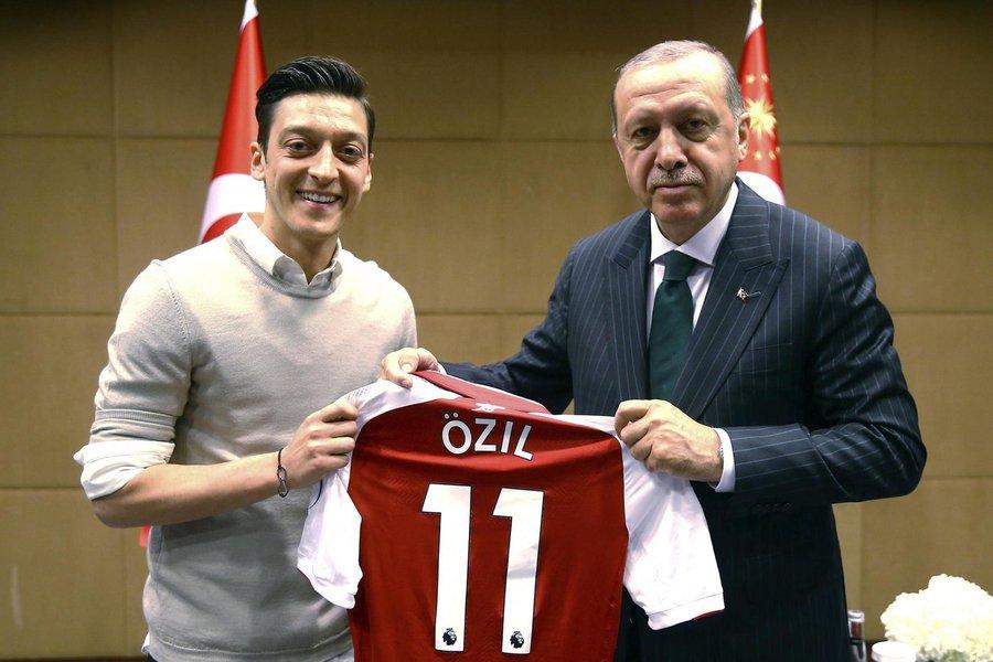 """Özil cita """"racismo e desrespeito"""" e deixa seleção alemã"""