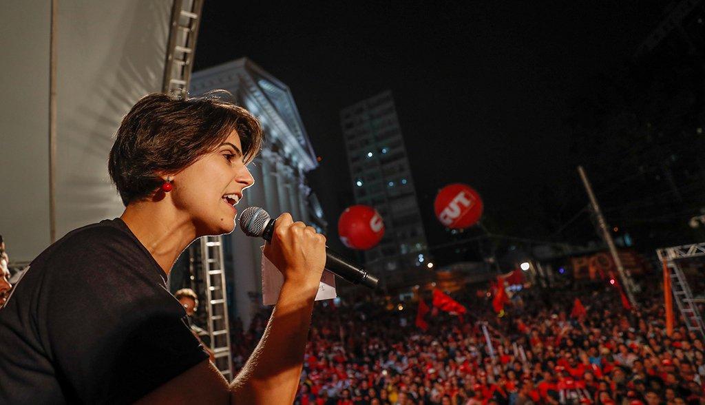 """""""O estado só é grande para os bancos, para os ricos"""", critica Manuela"""