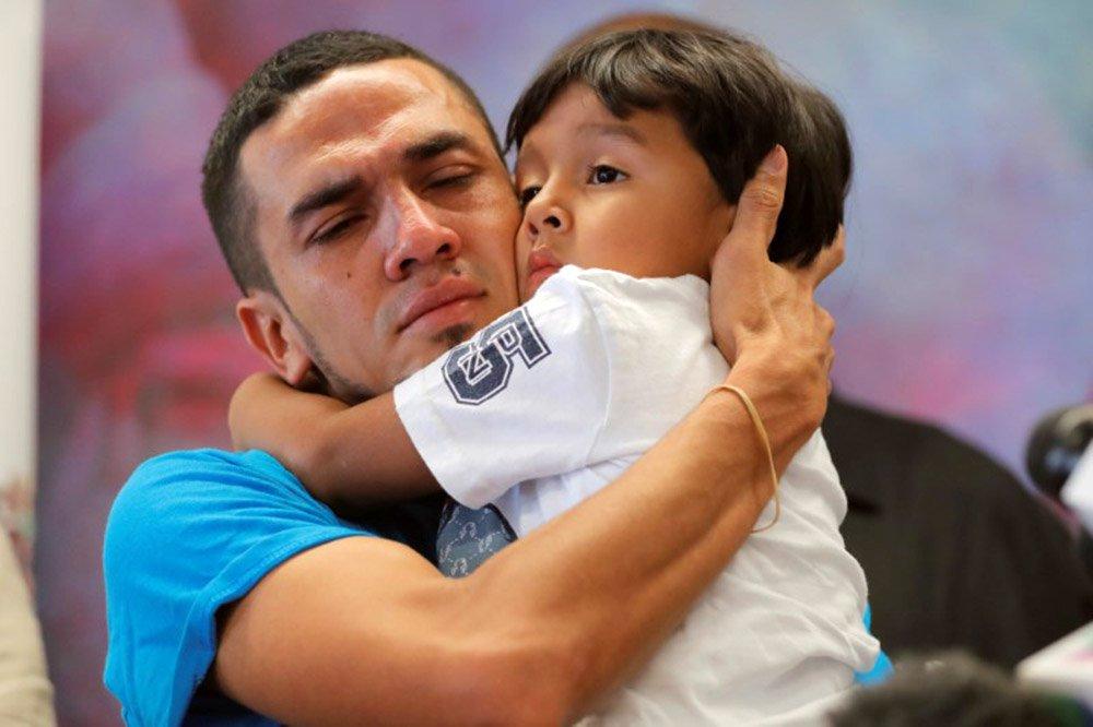 Governo dos EUA devolve 364 crianças migrantes aos pais