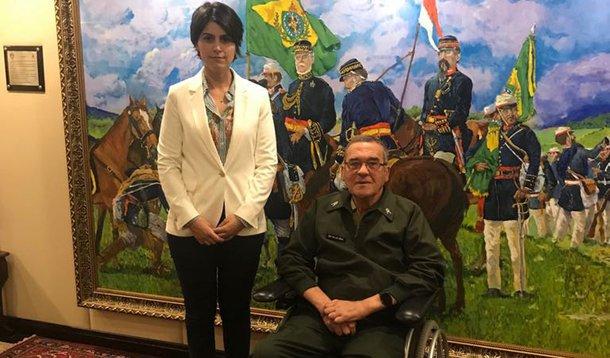 O encontro de Manuela com Villas Boas, comandante do Exército