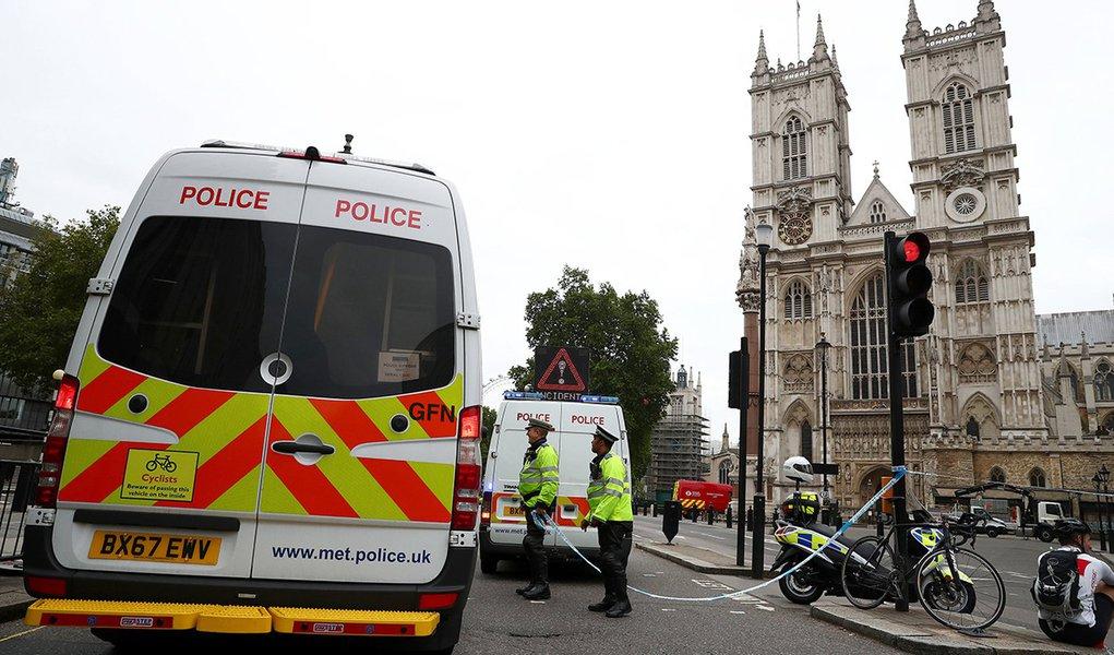 Van atropela pedestres em Londres e caso é tratado como terrorismo