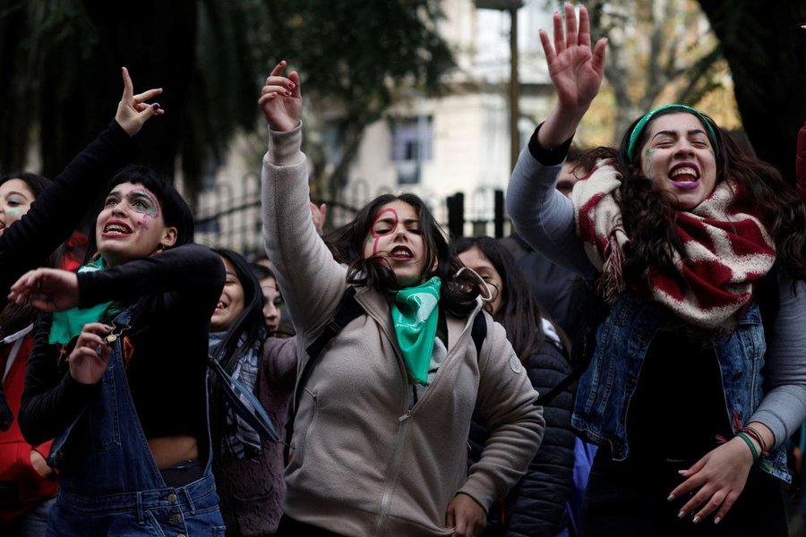 Grupos pró e contra legalização do aborto protestam na Argentina em meio a votação