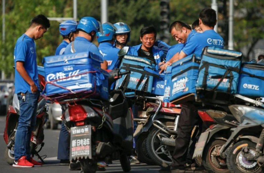 Alibaba vai fundir unidades de entrega de alimentos na China para enfrentar Meituan, dizem fontes