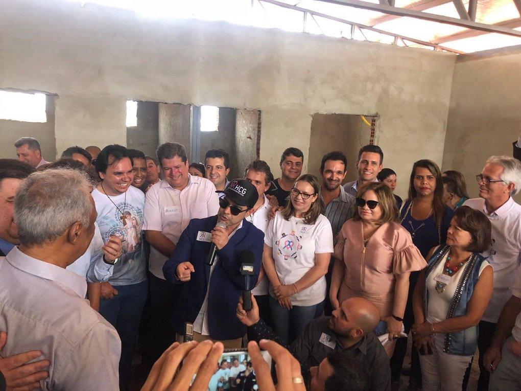 Embaixador do Hospital do Câncer de GO, Zezé di Camargo visita obras da unidade