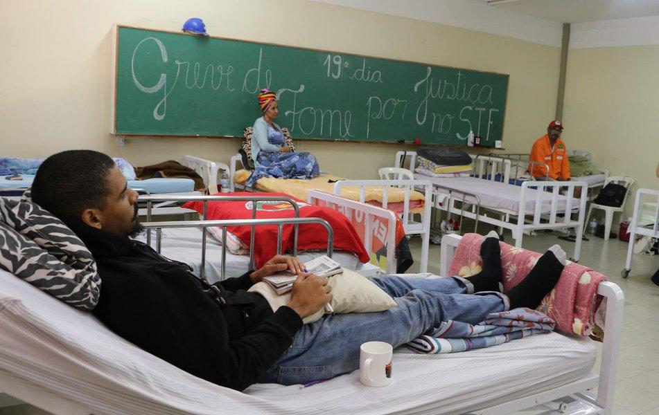 Médico dá assistência 24 horas por dia a grevistas de fome