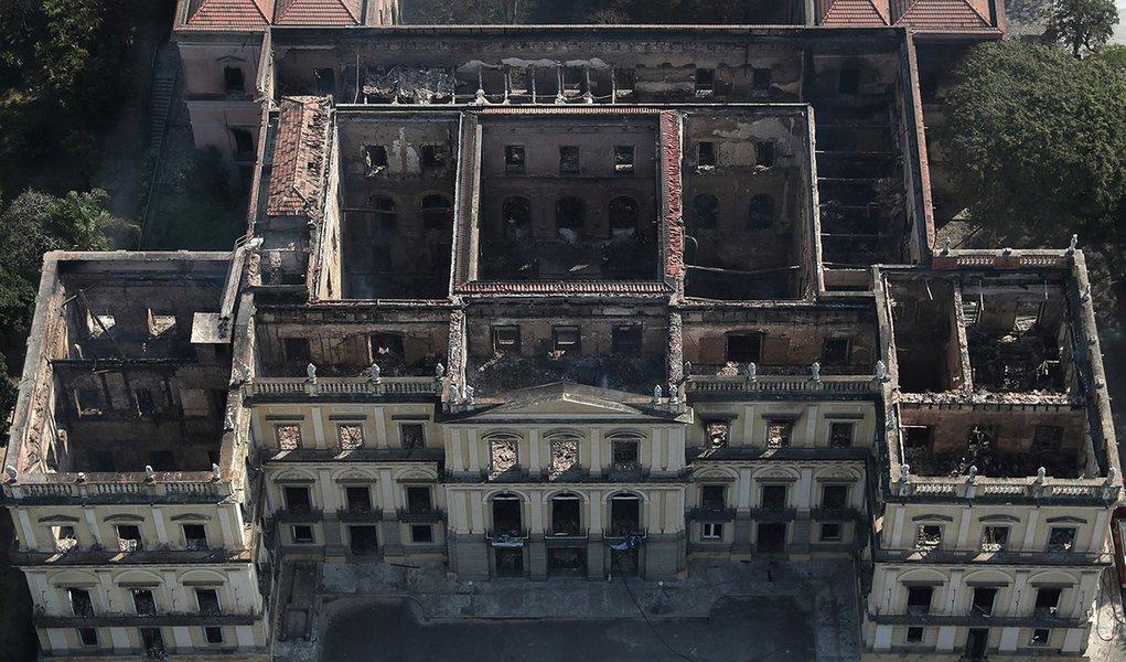 Após incêndio devastador, Bolsonaro corta R$ 12 milhões do Museu Nacional