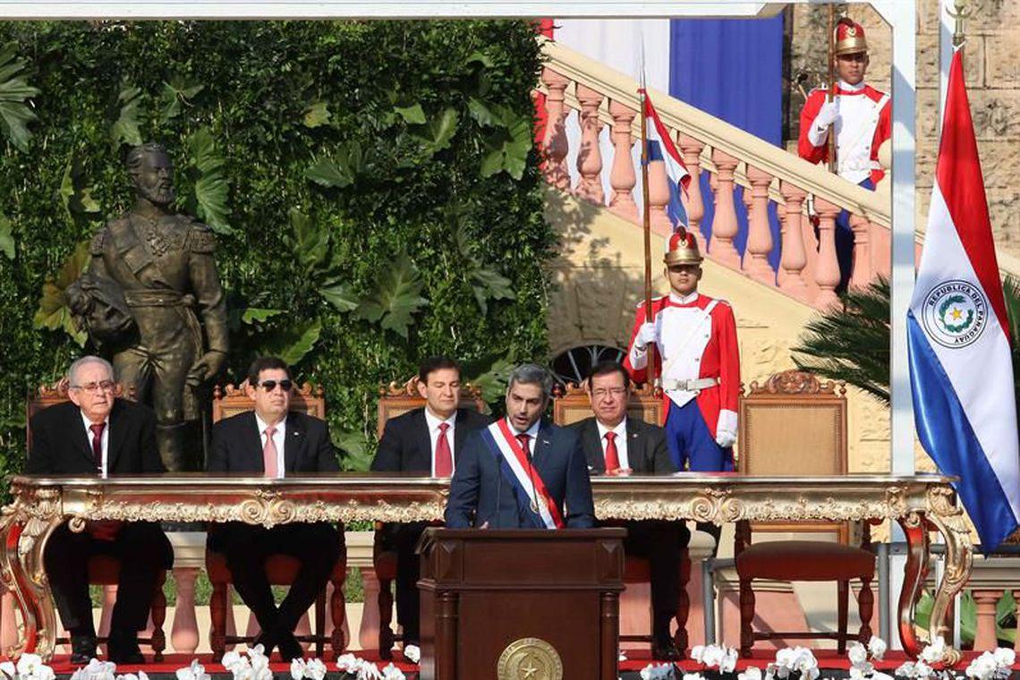 Novo presidente do Paraguai toma posse prometendo reduzir pobreza