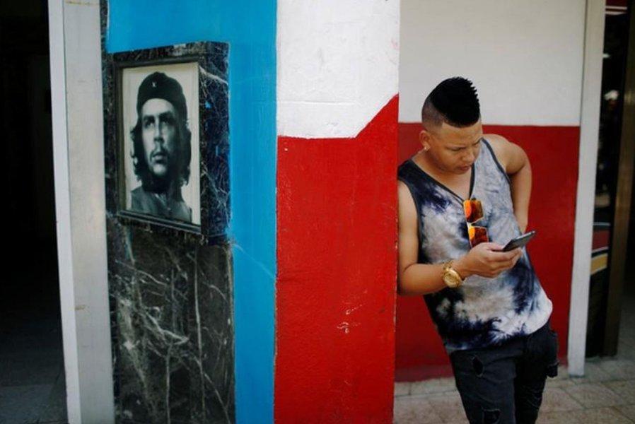 Cubanos celebram expansão da internet para todo o país por um dia
