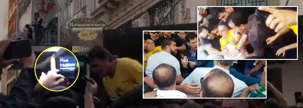 Bolsonaro leva facada durante ato de campanha em MG