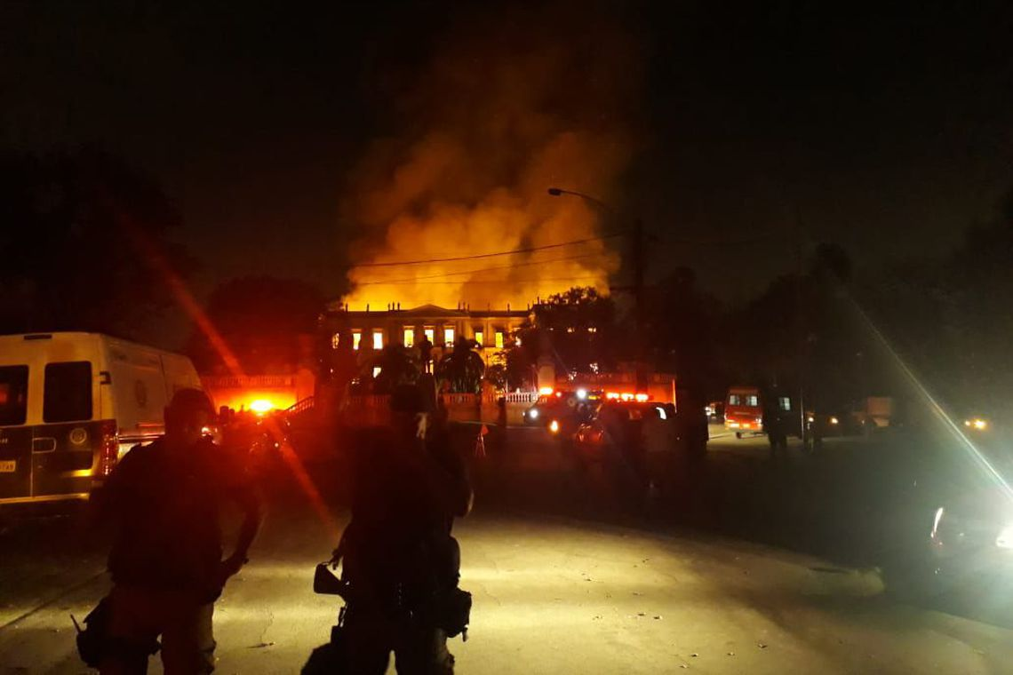 21 quartéis trabalham na contenção do fogo no Museu Nacional