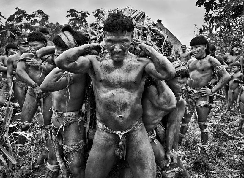 Sebastião Salgado fotografa índios na Amazônia, em meio a indiferença indigenista do golpe