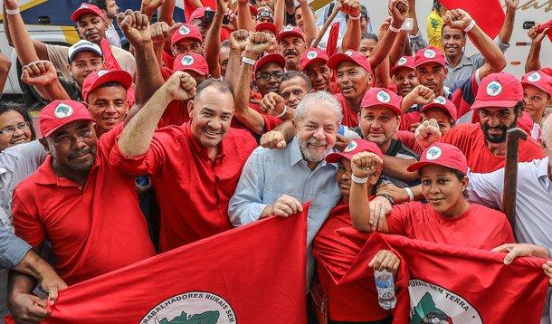 Lula entre militantes do MST
