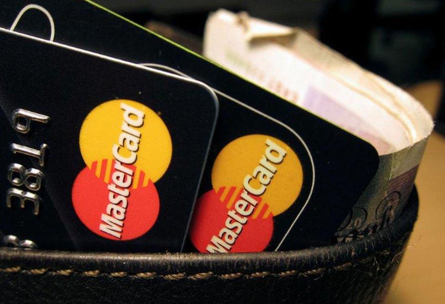 Transferências de dinheiro entre pessoas devem movimentar US$900 bi por ano até 2024, diz estudo