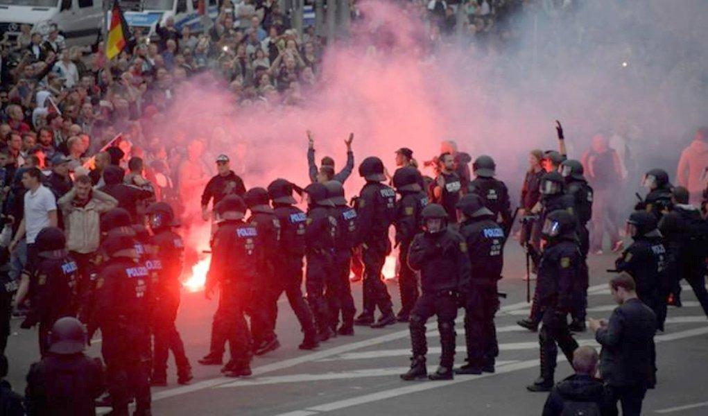 Radicais de extrema-direita entram em confronto com esquerdistas na Alemanha