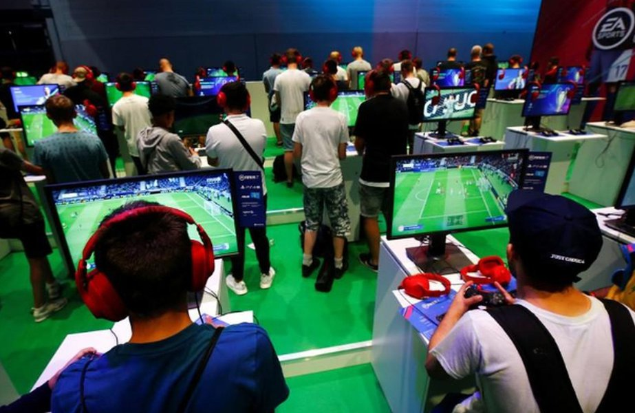 """Tendência de """"jogar em qualquer lugar"""" está em voga em abertura da Gamescom na Alemanha"""