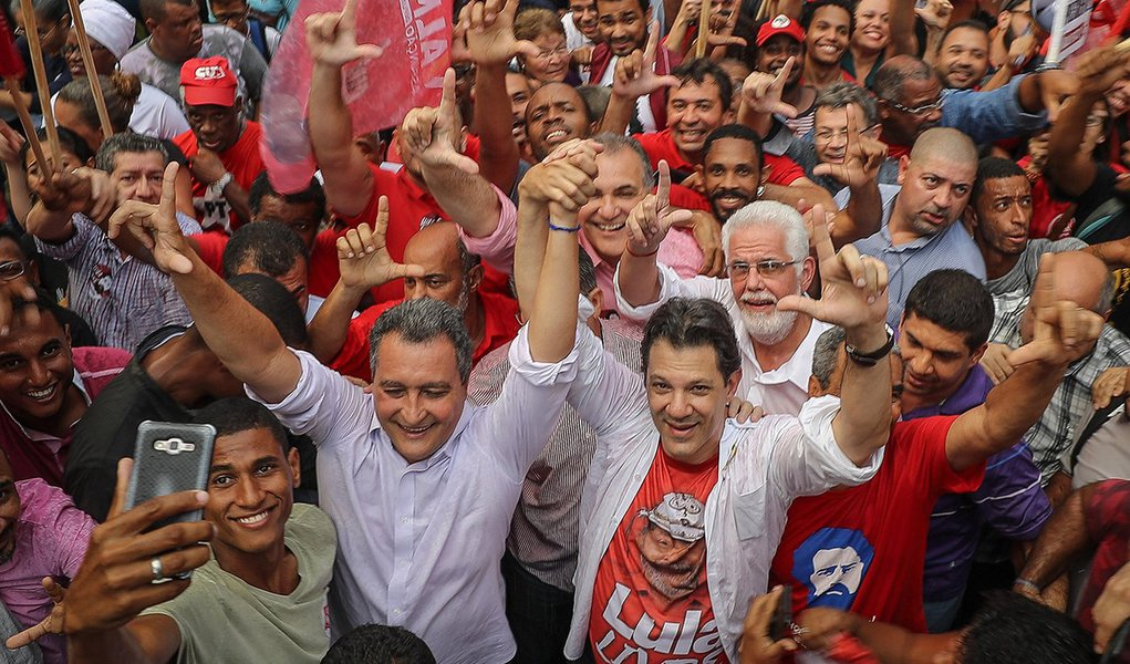 Haddad inicia campanha por Salvador e 'mescla' sua imagem à de Lula