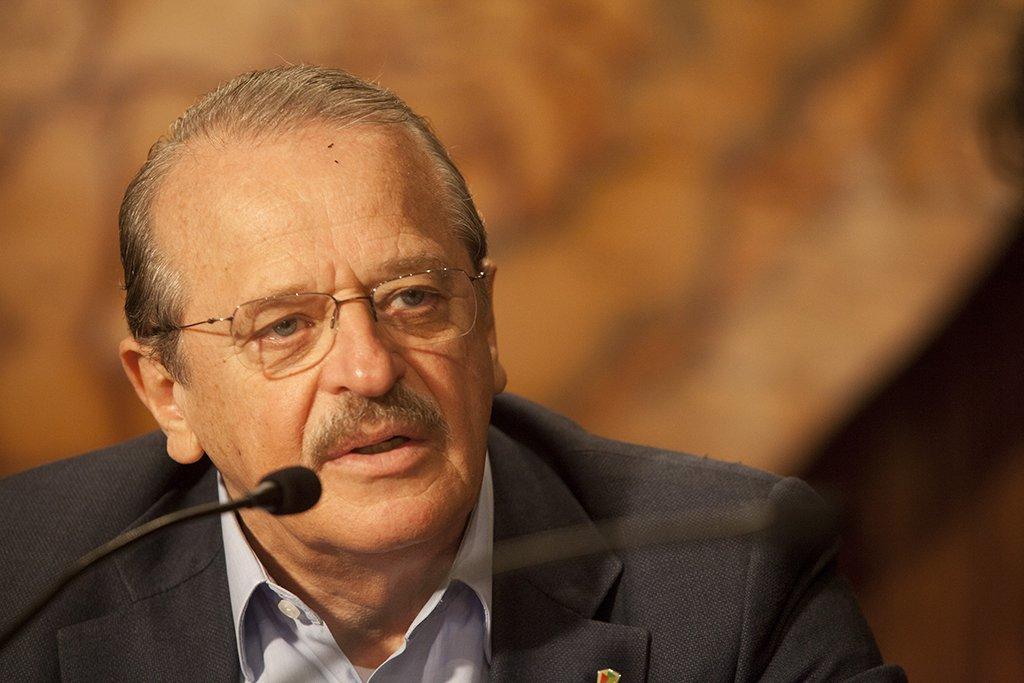 O Brasil é a Albânia da doença liberal, diz Tarso Genro